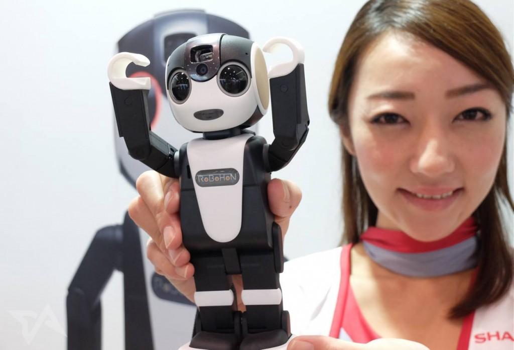 在东京国际机器人展上,模特向我们展示RoboHon