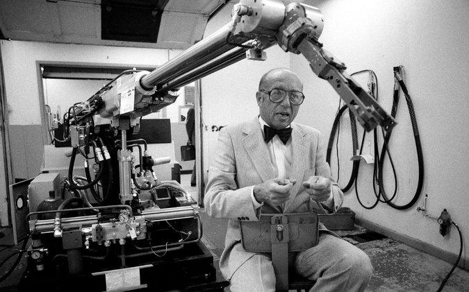 约瑟夫-恩格尔佰格和他发明的机器人手臂