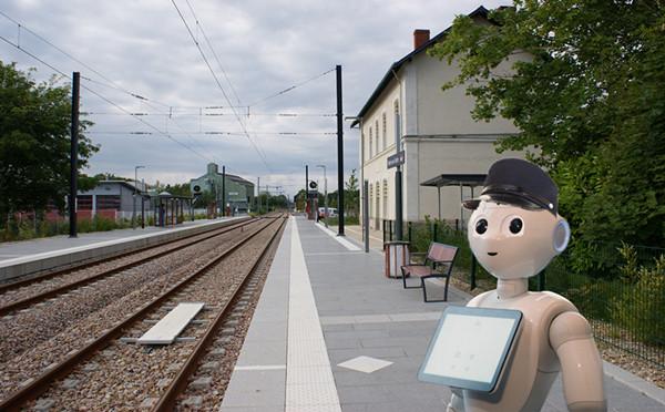 机器人Pepper在法国火车站上班的照片