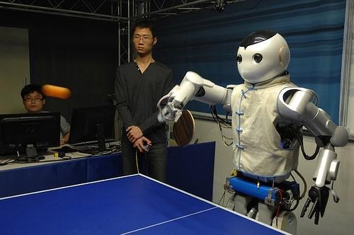 产自中国浙江大学的会打乒乓球机器人