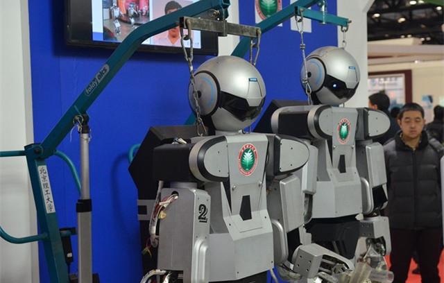 北京理工大学研制乒乓球机器人毫无生气仿佛吊死鬼