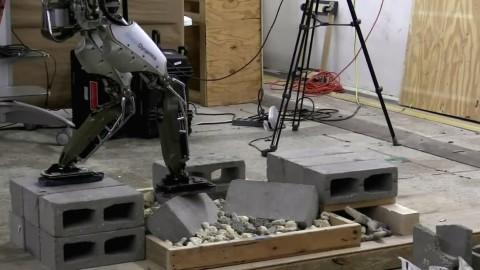 阿特拉斯机器人在瓦砾上行走