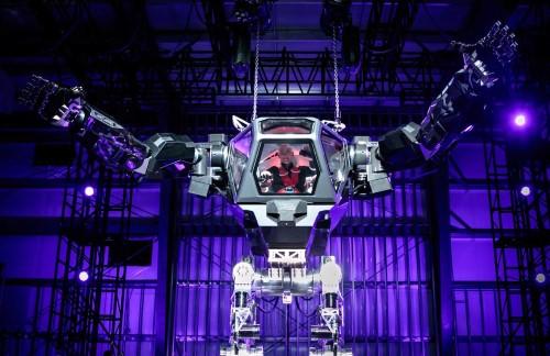 亚马逊CEO贝索斯亲自试驾人型机器人Method-2