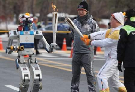 传递圣火还要当志愿者 韩国机器人HUBO火了