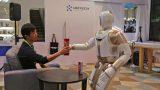 为主人拿食物递雨伞 优必选新一代家用机器人Walker来了
